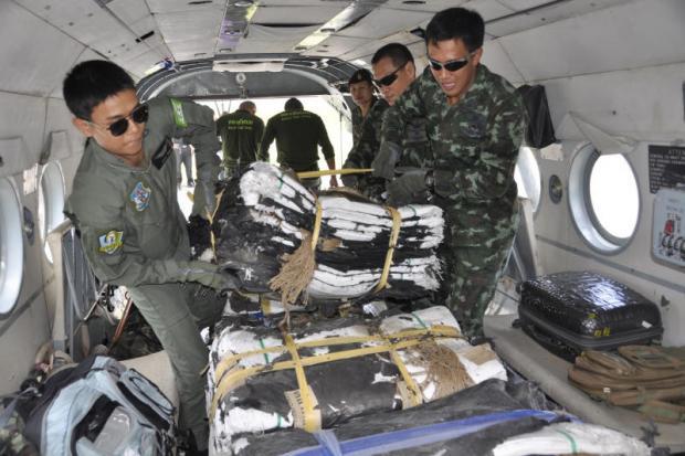 Soldaten laden heli met zandzakken