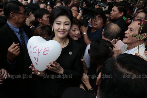 Yingluck omringd door supporters