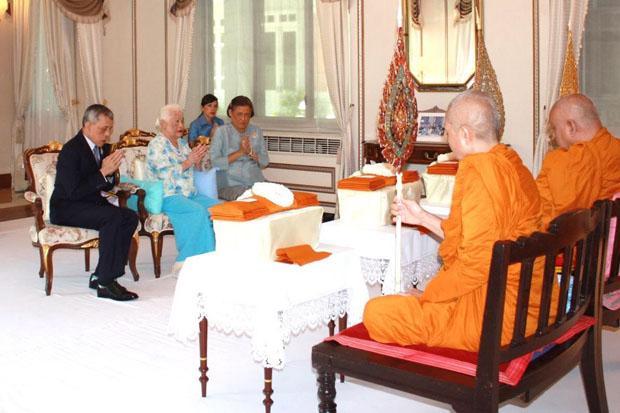 Koning Rama X, koningin Sirikit en prinses Siridnhorn