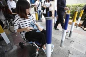 Palen op voetpad hinderen rolstoelgebruikers