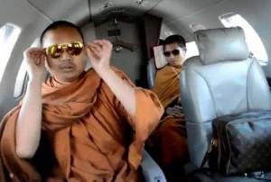 Luang Pu Nen Kham in privé jet
