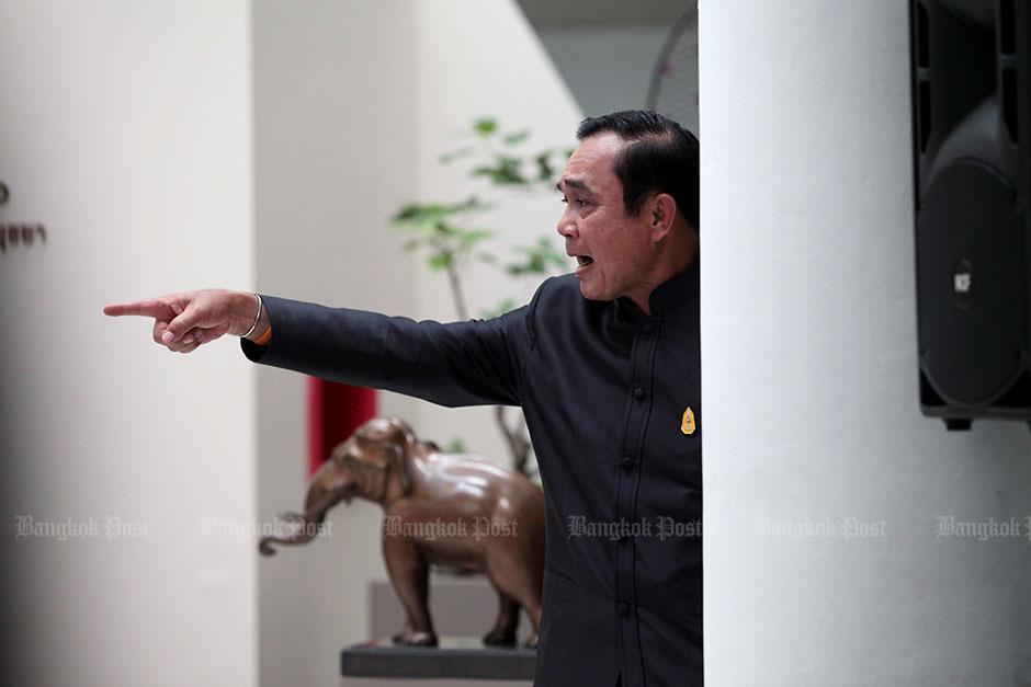 Prayut reageert op vragen van verslaggevers na kabinetsvergadering in Ayutthaya