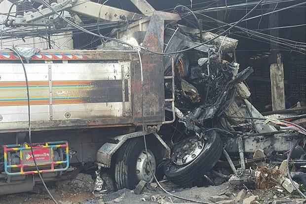Saraburi - Vrachtwagen botst tegen pickup truck