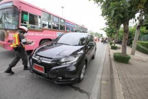 Auto met rode kentekenplaat
