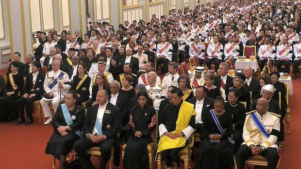 Ceremonie, bijgewoond door koninklijke hoogheden en hoogwaardigheidsbekleders