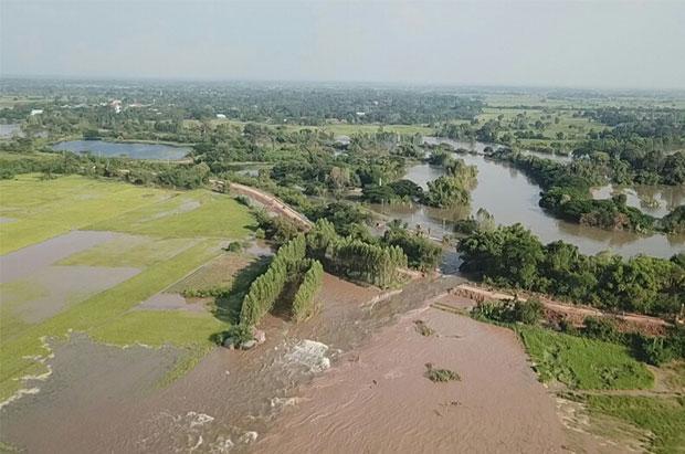Khon Kaen dijkweg doorgebroken
