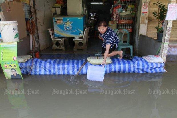 Overstroomde winkel in Bang Toei.