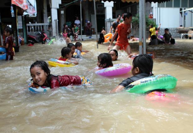 Waterpret in Nonthaburi dankzij de overstromingen