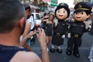 Agenten verkleed als mascotte