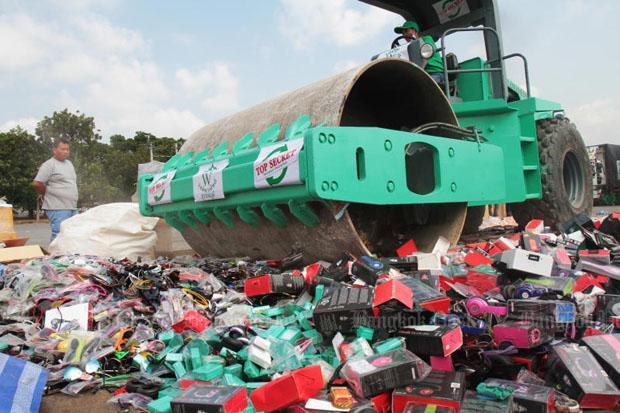 Een bulldozer plet 300 ton nagemaakte elektrische apparaten