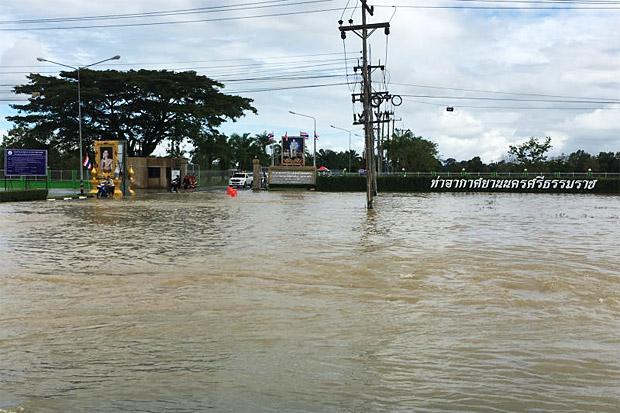 Een weg voor de luchthaven van Nakhon Si Thammarat