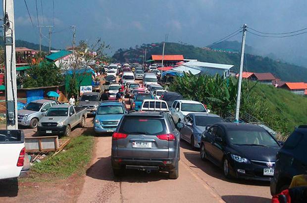 File op de weg naar Phu Thap Boek