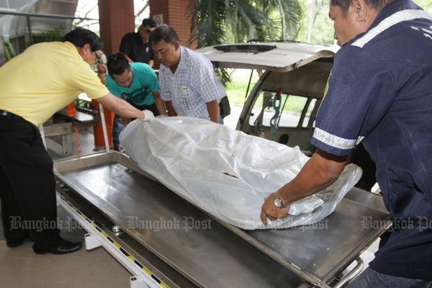 Het in 6 stukken gezaagd lichaam wordt afgevoerd voor een autopsie