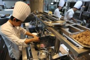 Koks aan het werk in de keuken van Le Normandie (Mandarin Oriental Hotel)