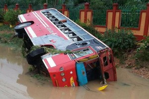 Nakhon Si Thammarat bus van de weg gespoeld