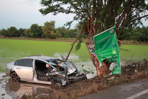 Phitsanulok auto tegen boom gebotst
