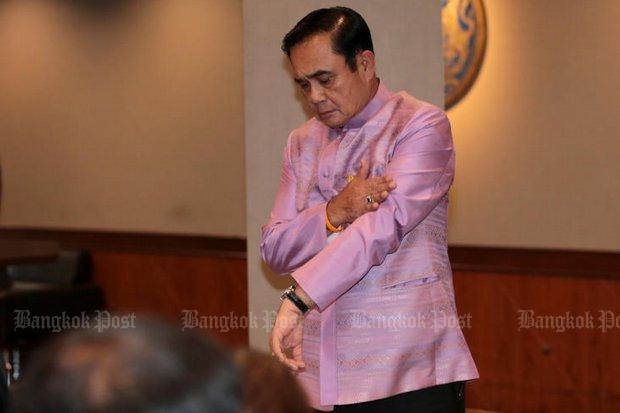 Prayut toont zijn Seiko van 250.000 baht.