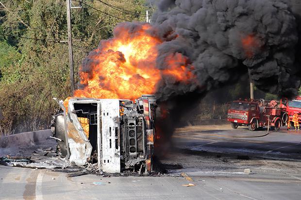 Tankwagen met 42.000 liter in brand